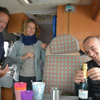 0025 Morgen dag 3 Fransk ektepar i bobil inviterer på te og kaffe. Jeg treffer Vanja, som byr på champagne