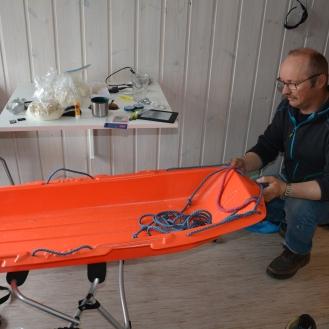 0082 Terje hjelper meg med pulkekjerra, Russnes Olderfjorden