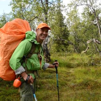 Jeg stod midt i elva da jeg møtte Bård. Han gikk også Norge på langs, i rekordfart: 59 dager og 10 timer! http://picbear.com/norgesvandreren