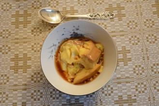 Gjestfrihet i Gausdal. Her ble jeg invitert hjem til to pensjonister, og fikk fårikålmiddag, karamellpudding og ei seng for natta.