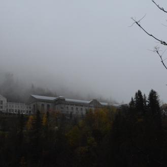 Vemork kraftstasjon. Lokalene huser i dag Norsk industriarbeidermuseum, mens den nye stasjonen ligger i fjellet innenfor den gamle. http://www.visitvemork.no/kampen-om-tungtvannet/