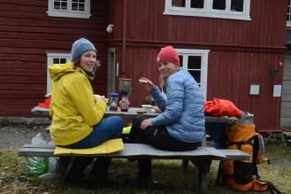 Hytta var stengt for sesongen, men vi spiste nisten vår utenfor