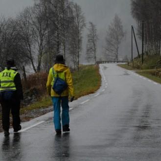 Svanhild søskenbarnet mitt gikk med meg en dag. Onkel Johan kom etter i følgebil.