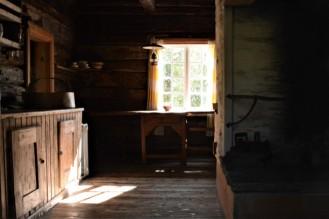 Jeg kikker inn gjennom vinduet til trønderlåna 2