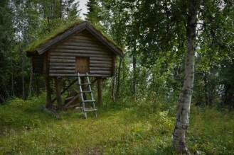 Stabbur på bygdetunet i Røyrvik (eller muligens huset til Baba Jaga)